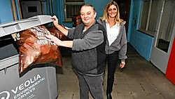 Willy Wijnants bestelt voortaan containers bij Vanessa Botta van Veolia om het afval van zijn café kwijt te geraken. Koen Merens