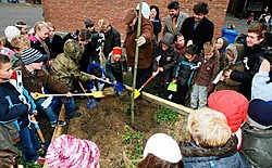 De kinderen deden allemaal enthousiast mee om de vredesboom te planten.Hendrik De Rycke