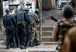 De Indiase oproerpolitie belegert het joodse centrum dat een van de doelwitten was van de Indiase moslimterroristen.reuters<br>