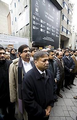 Met een symbolische twee minuten stilte betuigde de Antwerps-Indiase diamantgemeenschap gisteren haar medeleven aan de nabestaanden van de terreurslachtoffers in Mumbai.Wim Kempenaers