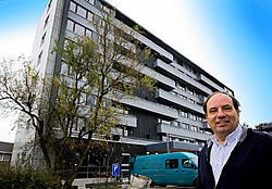 Directeur Johan Deylgat van de bouwmaatschappij Eigen Gift, Eigen Hulp bij het gerenoveerde flatgebouw De Hoeve aan het Rodekruisplein. Patrick Holderbeke