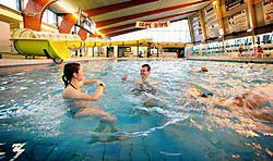 Het zwembad in Eeklo staat er al veertig jaar. een renovatie zou evenveel kosten als de bouw van een nieuw, groter zwembad. Grégoire De Poorter