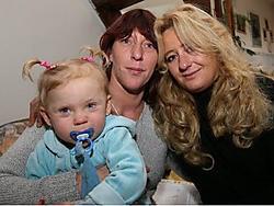 Tonia Meysmans (midden) is wat blij dat haar vriendin Sandra haar opving.Eddy Van Ranst<br>