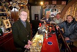 Denise Vervaeke, de oudste cafébazin van Moen en omgeving, tapt pintjes die maar 1 euro kosten.<br> Patrick Holderbeke