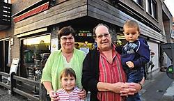 Arlette Moreels en Luc Vuyge en kleinkinderen Marie-Laure en Luca: 'Dankzij onze goeie, vaste klanten kunnen we nu stoppen.' <br> Guy Van Den Bossche
