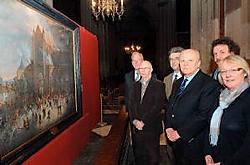 De schenkers en leden van de kerkfabriek bekijken het schilderij over de brand in de Sint-Salvatorskerk. Michel Vanneuville<br>