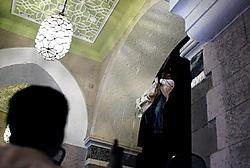 Met aan elkaar geknoopte gordijnen probeert een gegijzelde te ontsnappen uit het Taj Mahal Hotel.afp<br>