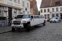 De trouwers reden in een Hummer limousine naar het stadhuis, waar Bisschop de sint ontmoette.
