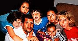 Gezinsfoto van Bouchaïb Moqadem en Geneviève Lhermitte met hun vijf kinderen. Bernard Demoulin<br>