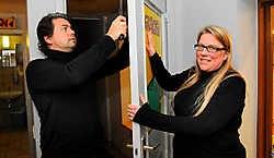 Filip Zaman en Isabelle Van Kruyssen herstellen de deur na de drieste inbraak in de tennisclub.Luc Verstraeten