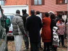 De familie kijkt verslagen toe hoe het<br> lichaam van het meisje wordt <br>weggebracht. hdw<br>