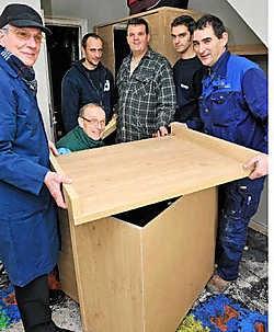 De Chiro-vrienden demonteren in de babykamer de verzorgingstafel van baby<br> Lennert. <br>Frank Meurisse