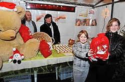 De nichtjes Chloë Coppejans en Renée Verbeure vonden een leuke turnzak op de kerstmarkt. Frank Meurisse