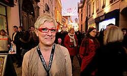 Marianne Cloet had het tijdens de tweede koopzondag erg druk. In de Veldstraat was het over de koppen lopen. Frederiek Vande Velde<br>