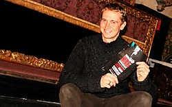 Hans Lambrechts luistert het Amazing Xmas Jazz Concert op.<br>Inge Van den Heuvel