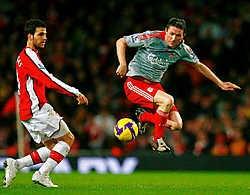 Liverpool-spits Robbie Keane (r) maakte een schitterend doelpunt in de topper tegen Arsenal. De Spaanse middenvelder Cesc Fabregas (l) kon zijn stempel niet drukken en viel geblesseerd uit.ap<br>