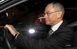 Herman Van Rompuy (CD&amp;V) verlaat het paleis nadat hij de formatieopdracht aanvaard heeft.reuters<br>