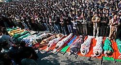 Palestijnen in het vluchtelingenkamp van Jabaliya bidden voor enkele van de 43 doden die dinsdagavond vielen bij de Israëlische beschieting van een VN-school. epa<br>