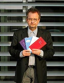 Marc Pairon: 'Ik schrijf over menselijke onderwerpen, in een eenvoudige taal. De krantenwinkel is dus een interessant distributiepunt.'Pol De Wilde<br>