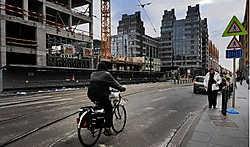 Aan het Zuidstation rijst een nieuwe toren op. De laatste bewoners drongen aan op een pleintje. Herman Ricour<br>