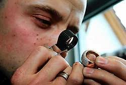 Een ring met 13 briljanten staat centraal in het kunstwerkje. 'Ik heb er met hart en ziel aan gewerkt. Mijn liefde voor mijn beroep ligt er volledig in vervat.' Hendrik De Rycke<br>