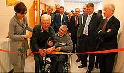 Fons Bergmans (met de schaar) en Lambert Raeymaekers mochten als werknemers met de langste staat van dienst de nieuwe Beschutte Werkplaats officieel openen. Rudy De Saedeleir<br>
