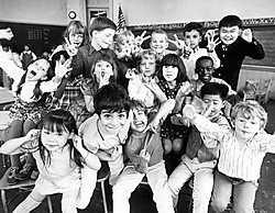 Kinderen trekken gekke bekken voor de schoolfotograaf. corbis<br>