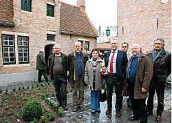 De eerste kangoeroewoning werd officieel geopend in aanwezigheid van OCMW-voorzitter Frank Vandevoorde (met rode das). <br>Michel Vanneuville