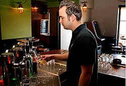 Cafébaas Alexander Vanderspikken vreest de verhuizing niet. Phillip Pergens