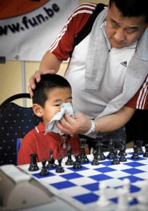 Nog snel even zijn neus snuiten voor de wedstrijd begint: Kristof Gombosuren is de allerjongste speler. edm