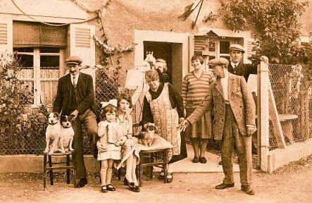 Links: vrouw met schaap en aapje, boven: familiekiekje mét huisdieren.Jan Desmet