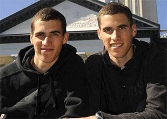 Jonathan Borlée klopt zijn tweelingbroer