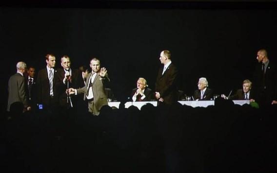 Modrikamen beklimt het podium om de gemoederen te bedaren