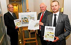 De Vriendenkring van de Troost, met van links naar rechts Philippe Cornut, Gilbert Putteman en Filip Leemans, stelden trots hun boek 'Pjééd in de taloêir' voor. Koen Merens