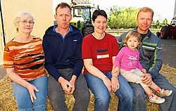 Mama Lea, Danny, schoonzus Els, nichtje Jana en broer Dirk hopen dat Danny een vriendin overhoudt aan het VTM-programma 'Boer zkt Vrouw'.Wim Dehandschutter