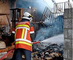 Het dak van de opslagloods van textielfabriek Goldset stortte in en er is heel wat rookschade. Slachtoffers vielen er niet. Benny Wouters