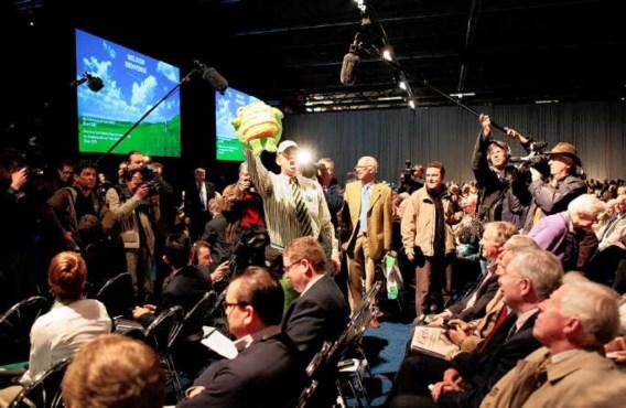 Aandeelhoudersactivist Erik Geenen droeg de hele vergadering lang een pluchen kikker met de naam 'Didier Reynders' met zich mee. ap