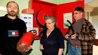 Michel Clavelle met de medebewoners Nelly en Jan: 'Snelblussers zijn door roest aangevreten.' pma