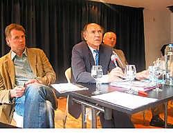 Filip Dierickx uit Laarne en Respect-voorzitter André D'Hauwe rond Walter Govaert (midden): 'Respect heeft in Wetteren een gewicht van 25 procent. We moeten ervoor zorgen dat we die kiezers niet teleurstellen.' fow