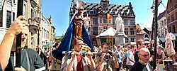De Mariaprocessie is een traditie in Halle. Yvan De Saedeleer