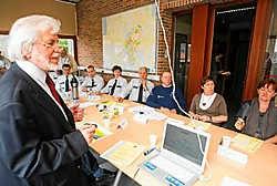 'Er komen steeds meer anderstaligen in Vlaams-Brabant. Leuk, maar we moeten hen wel leren dat Nederlands hier de officiële bestuurstaal is', zegt gedeputeerde Tom Troch (SP.A). Koen Merens