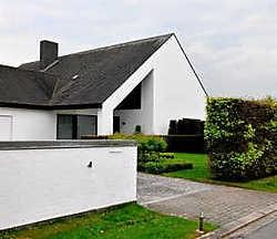 De dieven belden aan bij deze villa in de Schepen Gyootstraat in Kortrijk. phk