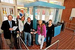 Stadsarchitect Jean-Pierre Vanacker, sportdirecteur Mia Maes, sportschepen Stefaan Bral, facility-schepen Hilde Demedts en Sara Ferlin (facility) in het geautomatiseerde toegangsgebouw van het zwembad Abdijkaai. phk
