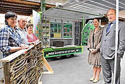 Martine Spriet, Geert Vandewaetere, Carine Schelpe, Lieve Baert en Herman Jonckheere testen de compostmobiel.