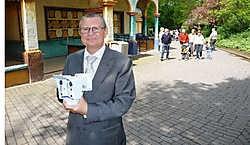 Luc Verbeurgt van Mobotix toont een camera, zoals er nu in Bellewaerde Park 70 hangen. pli