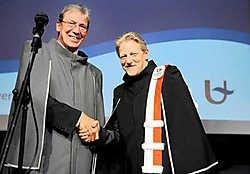 Alain Verschoren (links), rector van de UA, reikte het eredoctoraat gisteren uit aan kunstenaar Jan Fabre.