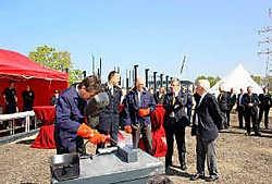 In Neerpelt werd de eerste steen van de nieuwe brandweervoorpost gelegd. Noord-Limburg was al jaren een blinde vlek op het vlak van snelle hulpverlening bij brand. Kizzy Van Horne