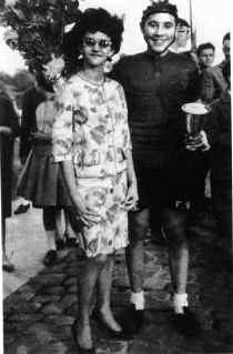 Marianne Leyre in 1961, met zwarte haren én de eerste beker voor Eddy Merckx.
