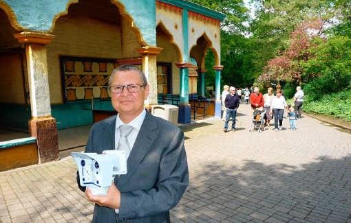 Luc Verbeurgt van Mobotix toont een camera, zoals er in Bellewaerde Park zeventig hangen. pli