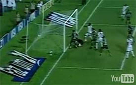 VIDEO: Doelman knalt de bal snoeihard in eigen doel
